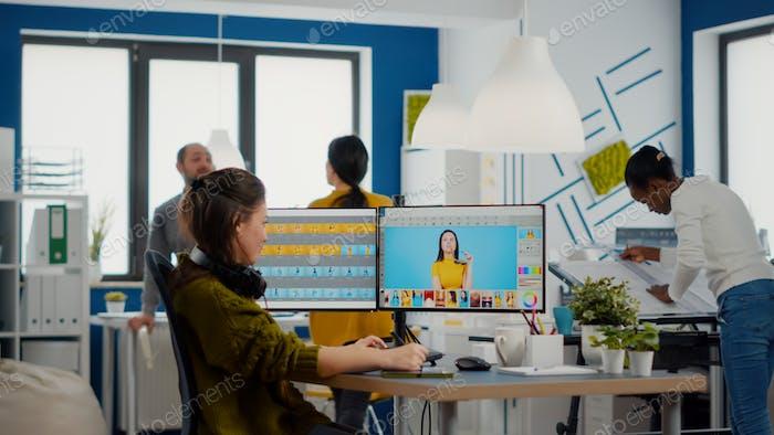 Un retocador profesional edita activos en la oficina de la agencia de medios creativos