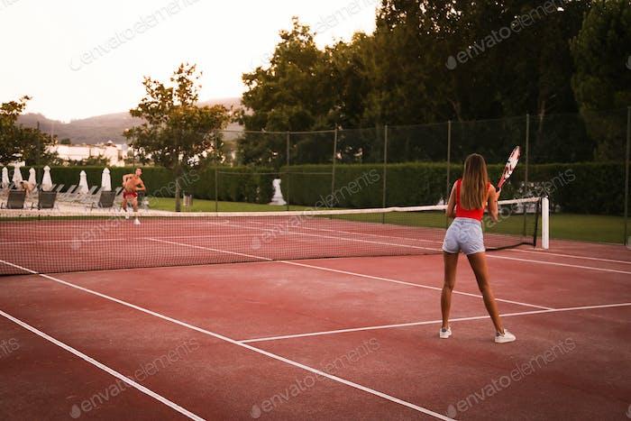 Paar Tennis auf dem Platz