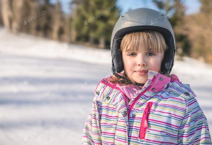 Porträt eines kleinen Mädchens im Winter