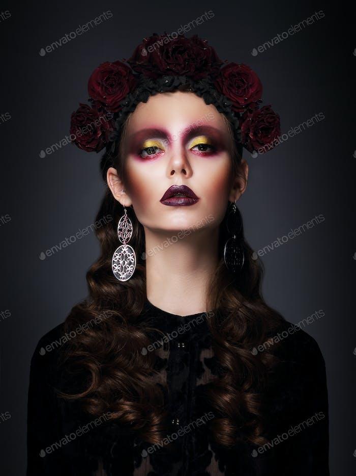 Frau mit silbernem Ohrhänger und futuristischem Kunst-Make-up