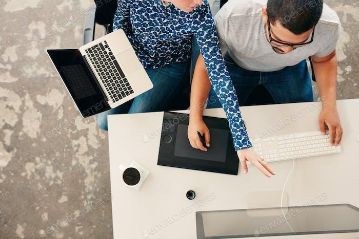 Junge Grafikdesigner Coworking im Büro
