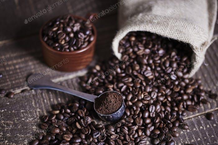 Kaffeebohnen und Jutebeutel auf Holztisch