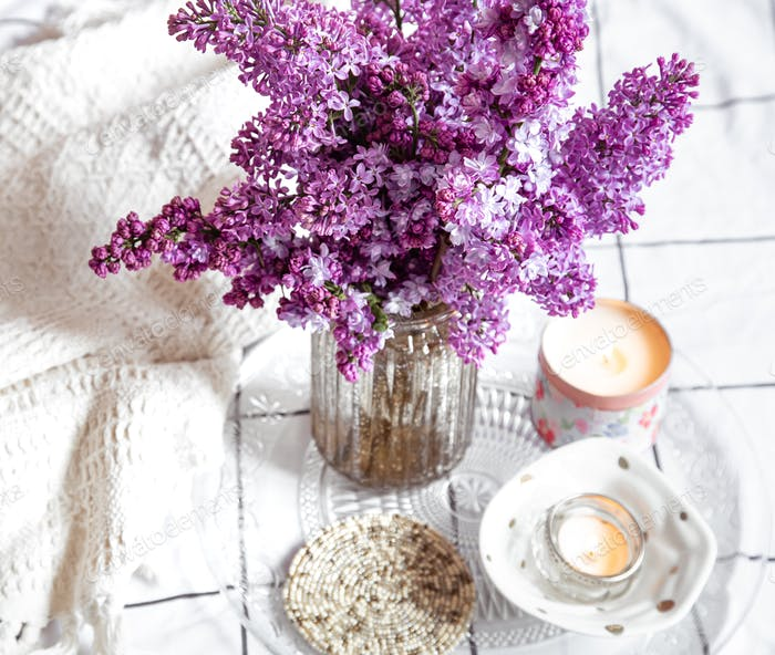 Gemütliches Interieur mit einem Bouquet von Flieder.