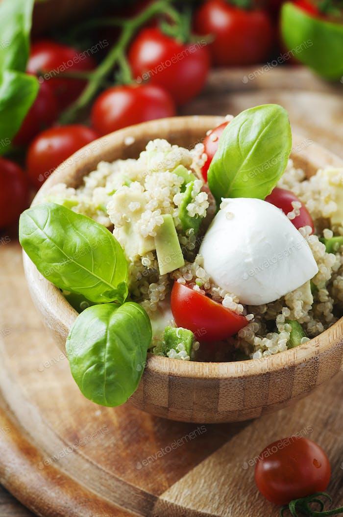 Köstlicher Salat mit Quinoa, Tomaten und Avocado
