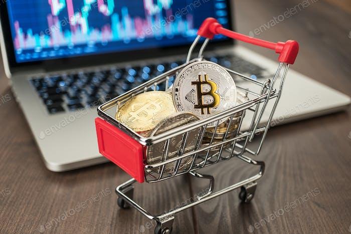 Einkaufswagen mit Bitcoins und Pc