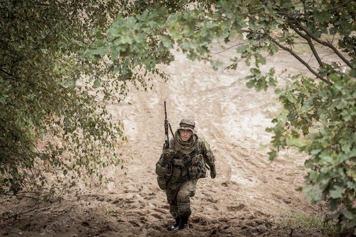 Soldat mit Waffe in Uniform