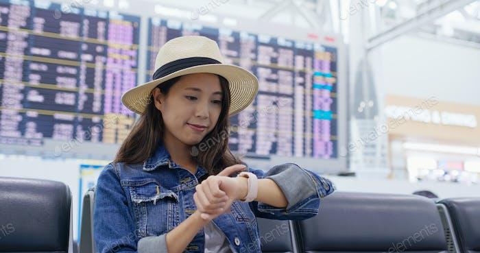 Frau Verwendung von Smart Watch am Flughafen
