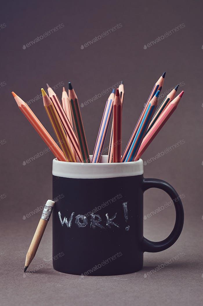 Nahaufnahme Foto einer Gruppe bunte Bleistifte in schwarzem Becher.