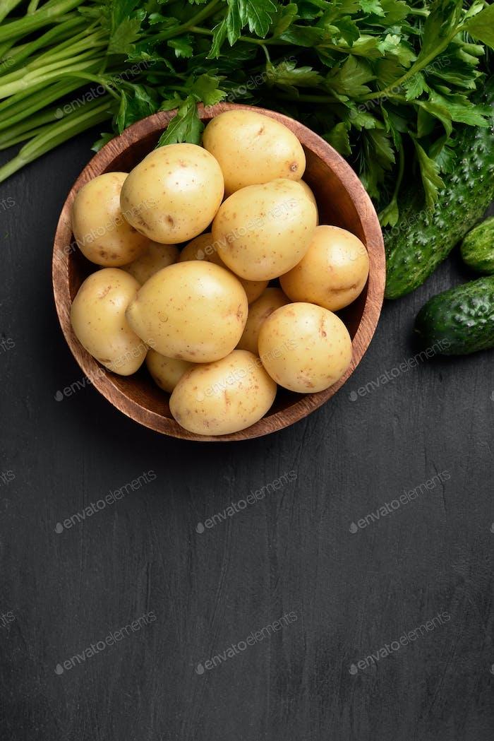 Rohe Kartoffeln in Schüssel