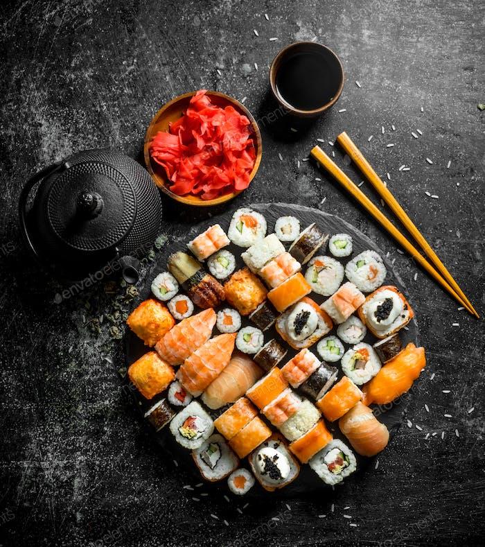 Traditionelle japanische Sushi-Rollen mit Sojasauce und mariniertem Ingwer.