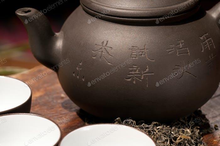 chinesischer grüner Teekanne und Tassen
