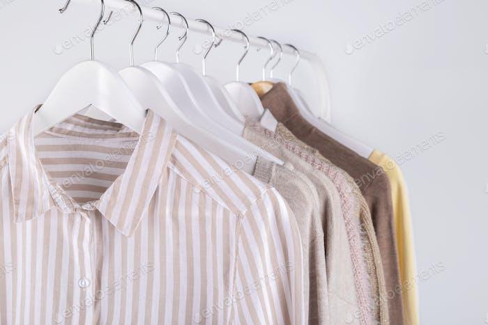 Kleidung, die auf einem Gestell hängen