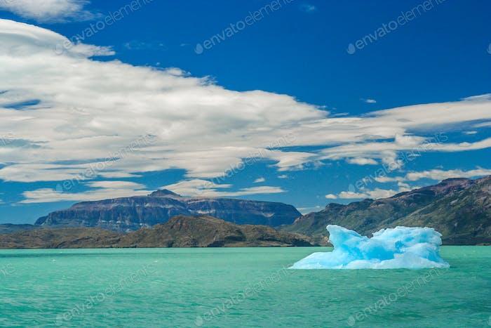 Kleiner Eisberg auf einem See in Patagonien