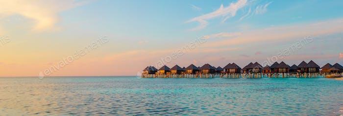 Wasserbungalows und Holzsteg auf den Malediven