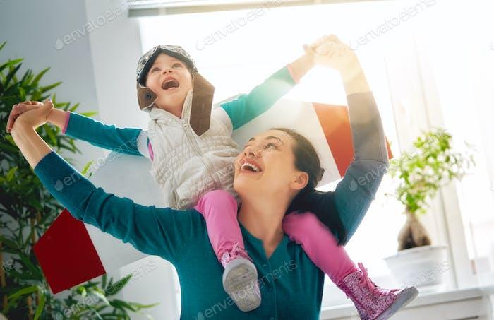 Mutter und Kind spielen