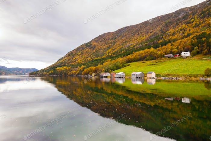 Herbst ländliche Landschaft mit Häusern in der Nähe von Fluss, Norwegen