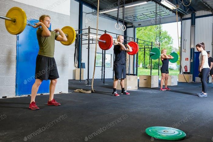 Entrenamiento en Equipo con pesas y pesas rusas en el gimnasio
