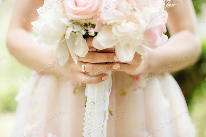 Braut hält Hochzeit Blumenstrauß