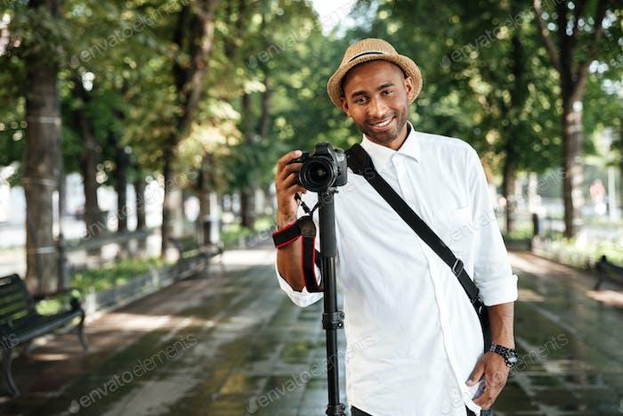 Vorderporträt des schwarzen Mannes im park