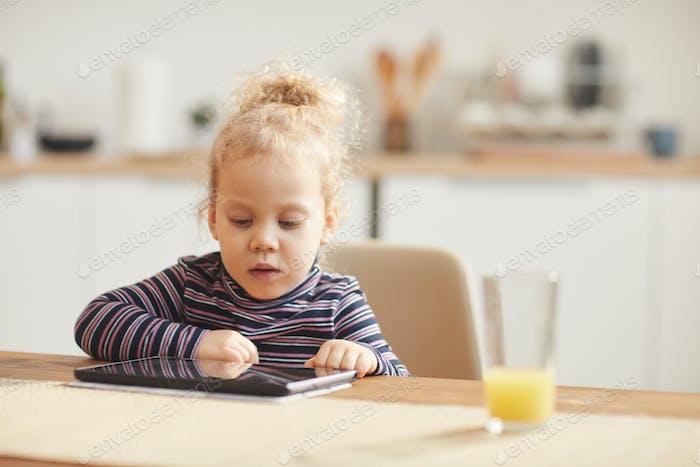 Niedliches kleines Mädchen mit digitalem Tablet