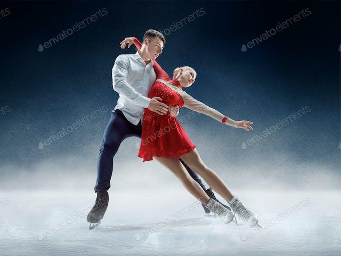 Professionelle Mann und Frau Eiskunstläufer durchführen auf Eisshow