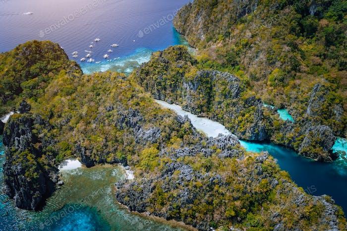 LuftDrohne des Eingangs zur großen Lagune mit Kalksteinklippen und blauem Wasser. Insel Miniloc, Marine