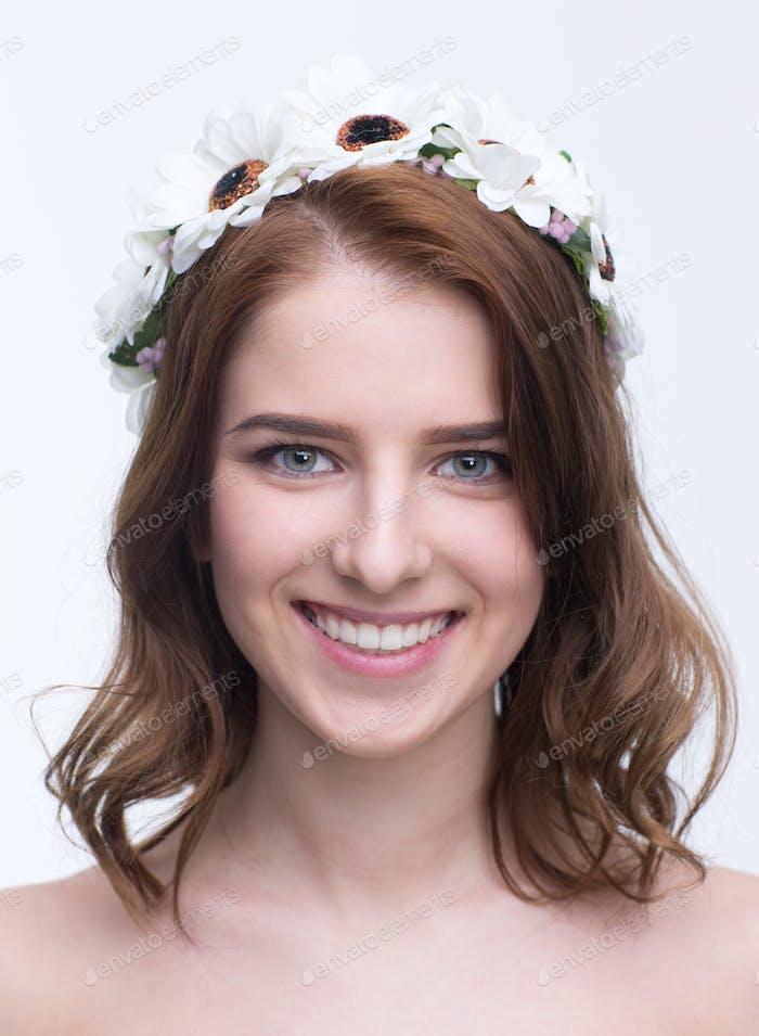 Porträt einer lächelnden Frau mit Kranz auf dem Kopf