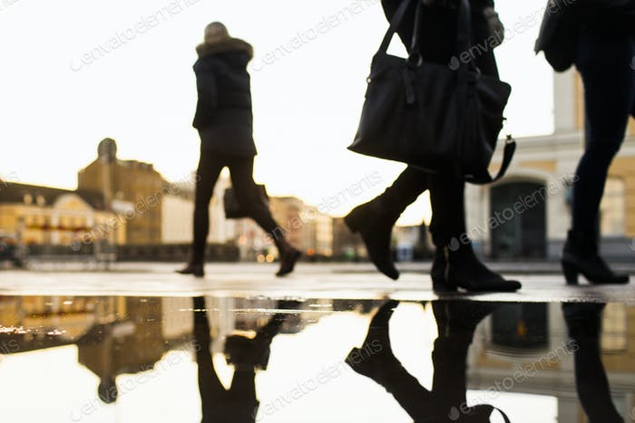 Pendler zu Fuß auf der Stadtstraße