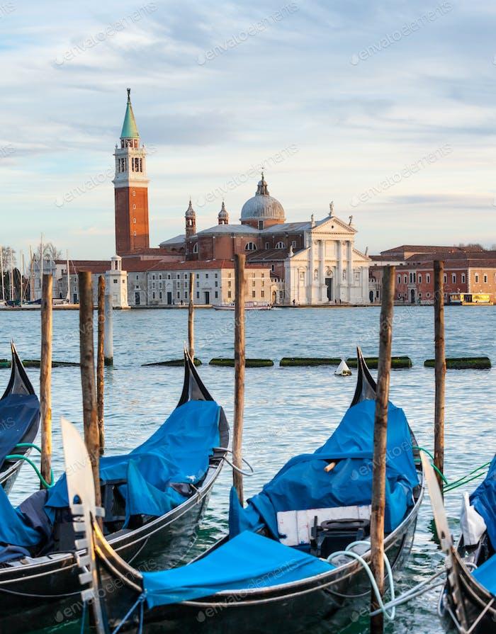 Gondeln und Kirche San Giorgio Maggiore in Venedig.