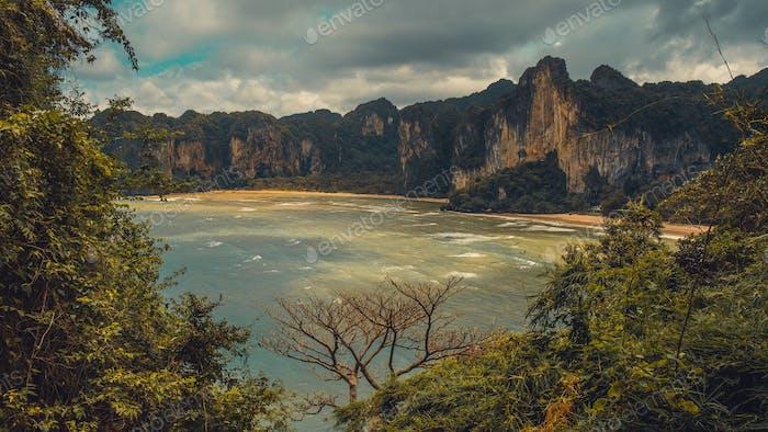 Der Hat Tom Sai Beach bei Railay in der Nähe von Ao Nang, Krabi, Thailand