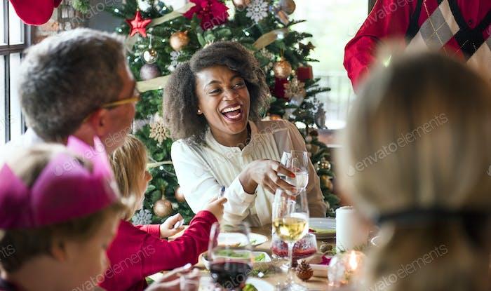 Gruppe von verschiedenen Menschen versammeln sich für Weihnachtsferien