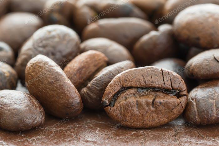 Haufen gerösteter brauner Kaffeebohne