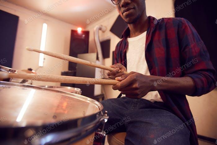 Nahaufnahme von African Man Playing Drums