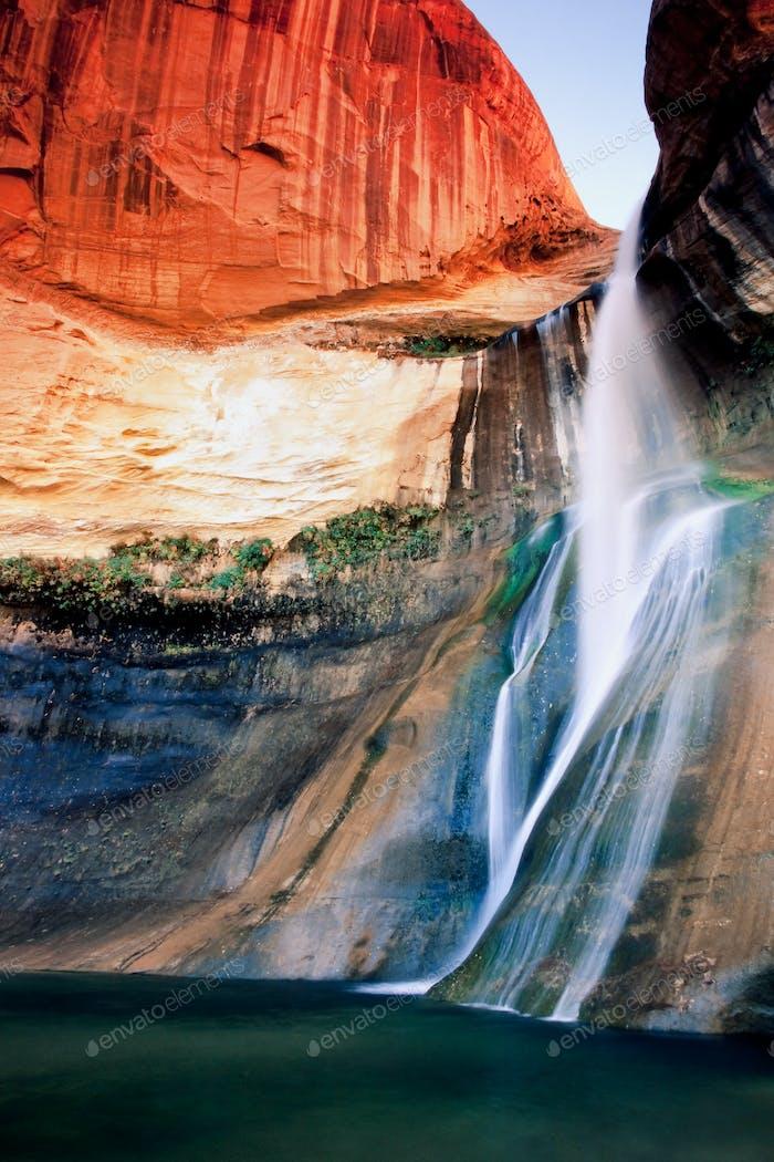 Cascada en el país de Rock roja de Utah