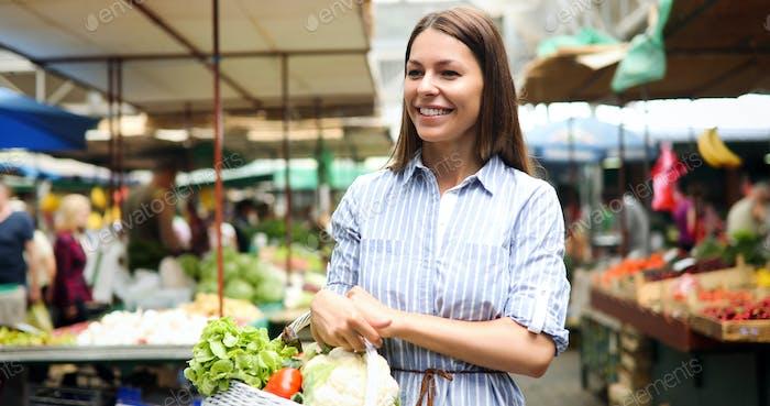 Bild von Frau auf dem Markt kaufen Gemüse