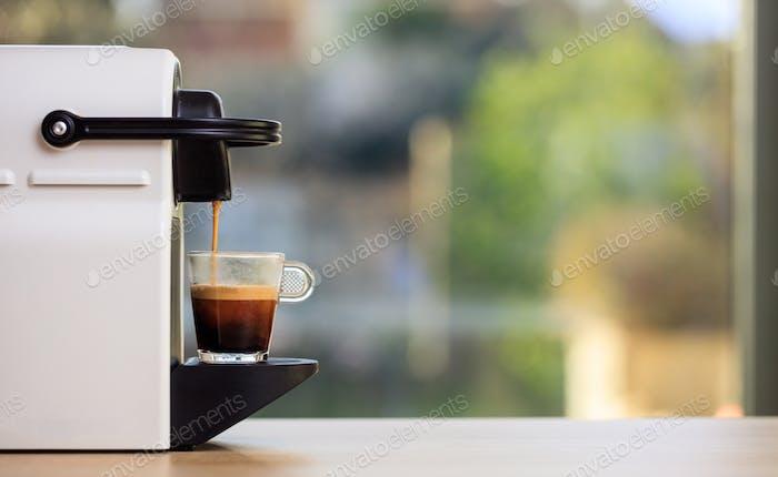 Espressomaschine auf einem Holztisch, Unschärfe Hintergrund, Raum für Text