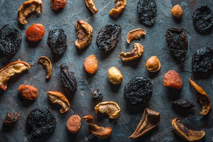 Trockene getrocknete Aprikosen, Feigen und Birnen auf einem grauen Stein
