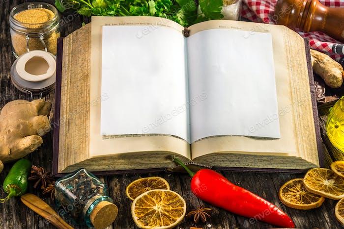 Offenes Rezeptbuch mit Zutaten