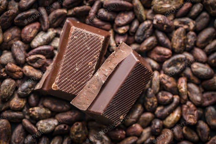 Dunkle Schokolade und Kakaobohnen.