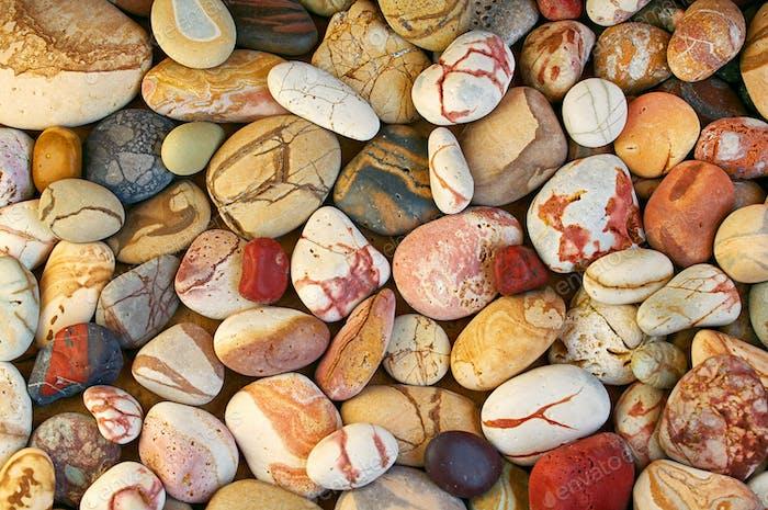 Set von schönen bunten Steinen mit verschiedenen Muster poliert