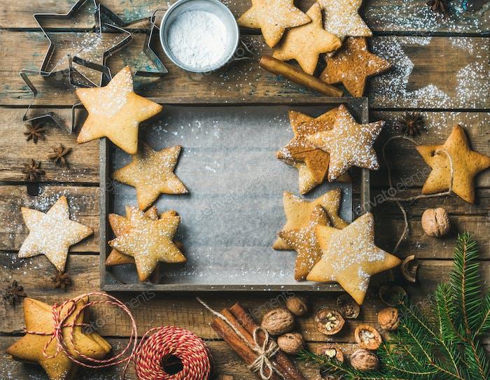 Weihnachtshintergrund mit Holztablett in der Mitte, Kopierraum
