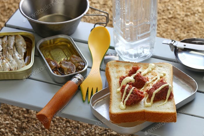 Camping Kochen. Corned Beef auf Toast