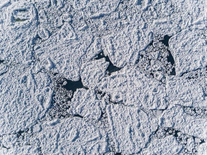Luftaufnahme über die Oberfläche des Meeres und rissigen Eis