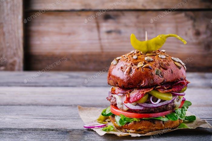 hausgemachte Burger mit Vollkornbrötchen und gebratenem Speck