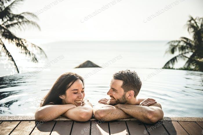 Paar entspannen in einem Schwimmbad