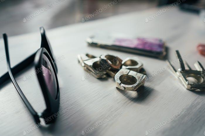 Sonnenbrillen und Ringe auf einem Tisch