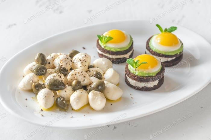 Vorspeise mit Canape, Mozzarella und Kapern