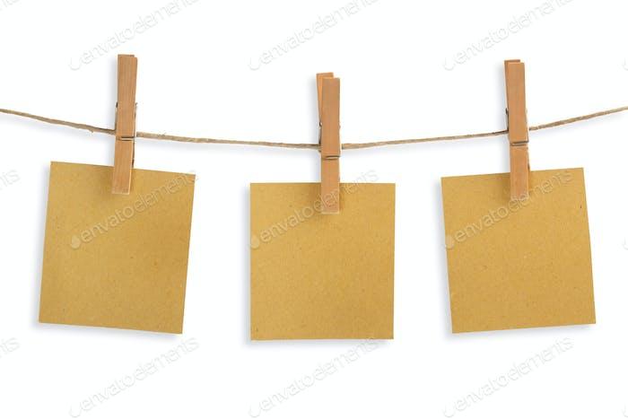 tres tarjetas de Papel reciclado colgando de un tendedero