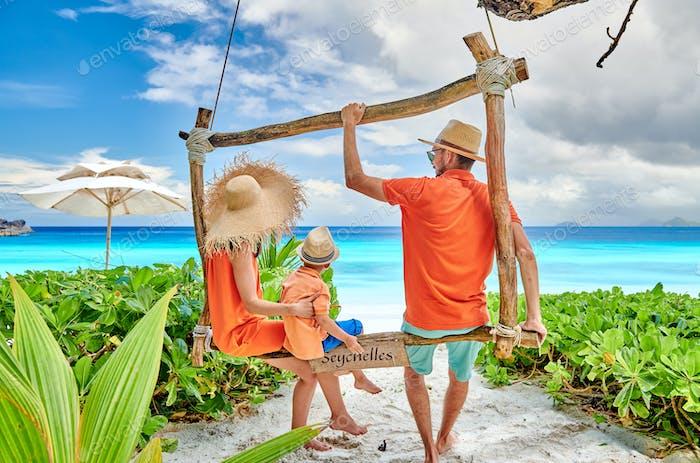 Familie mit drei Jahre alten Jungen am Strand. Seychellen, Mahe.