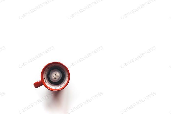 Draufsicht Kaffee in einer roten Tasse, isoliert auf weißem Hintergrund
